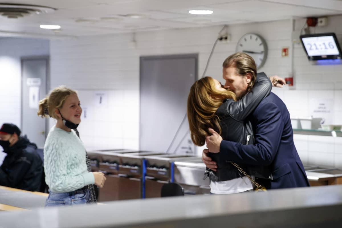 Olli Jokinen sai voittosuudelman Katerina-vaimoltaan.
