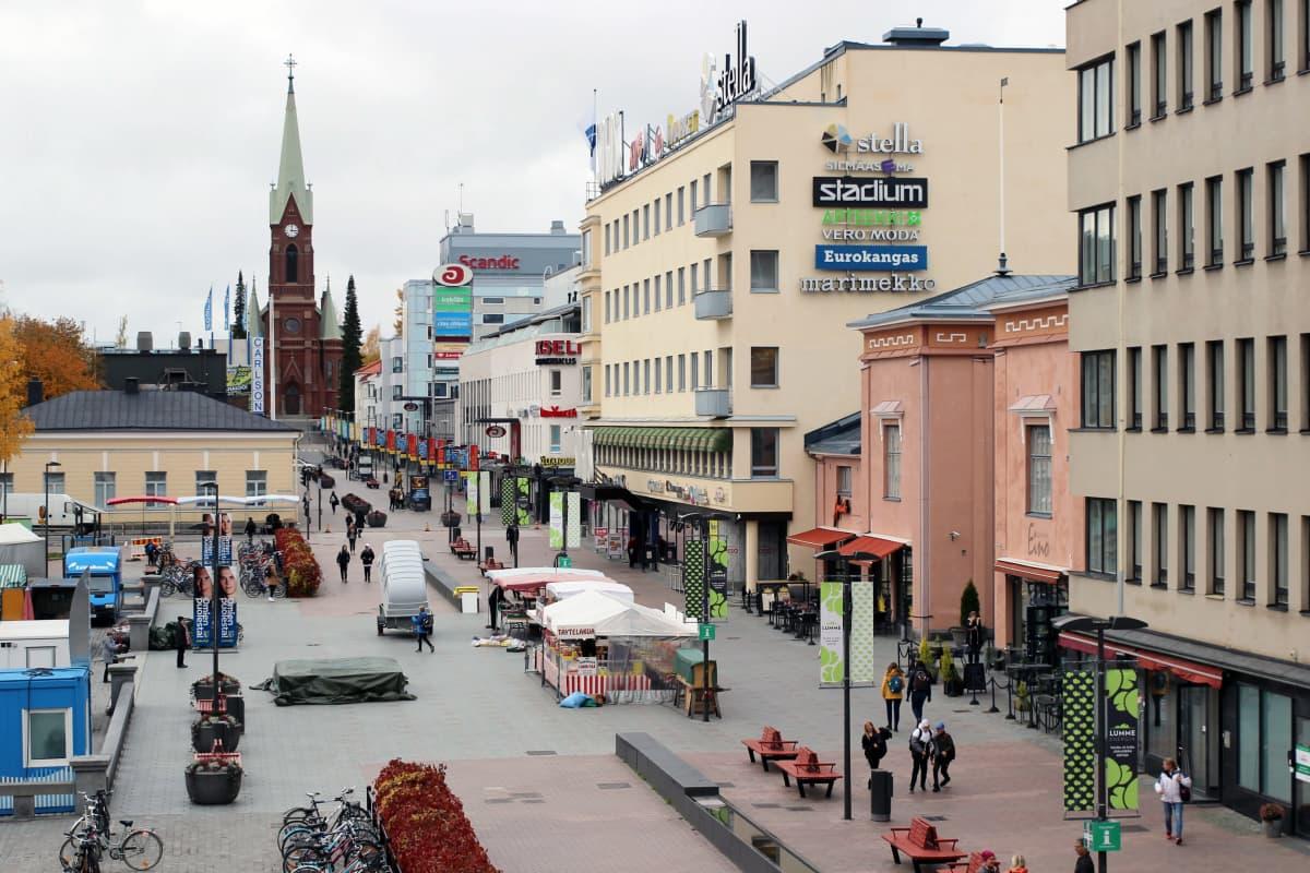 Mikkelin kävelykatu lokakuussa 2019, tuomiokirkko taustalla.