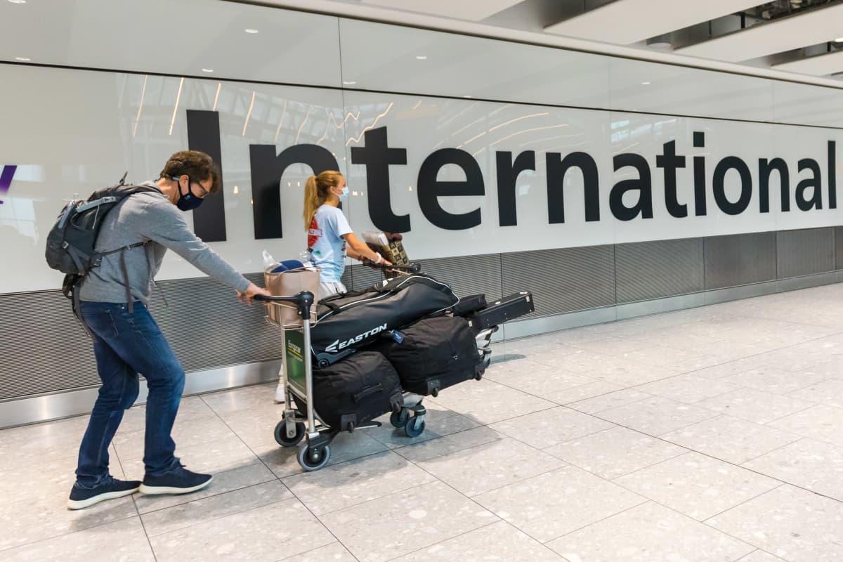 Saapuvia matkustajia Heatthrown lentokentällä Lontoossa 2. elokuuta.
