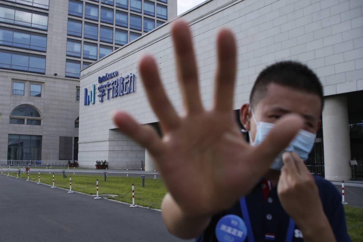 Vartija hätisteli kuvaajaa loitommalle maanantaina ByteDancen pääkonttorilla Pekingissä.