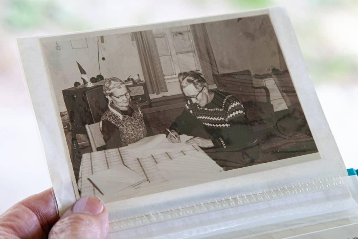 Martti Töllin kotialbumissa kuva, jossa isänsä Taavetti Tölli allekirjoittaa kaivossopimuksen.