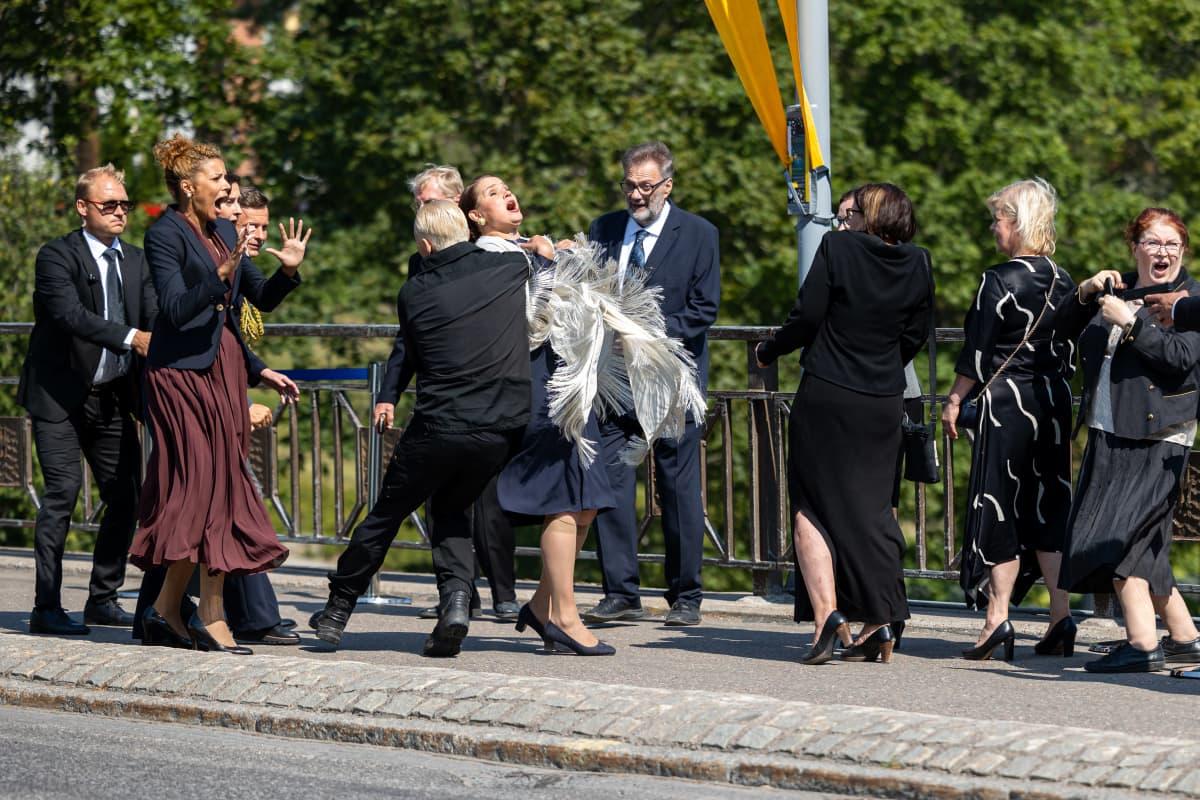 Työnimellä Itämeri-yksikkö -sarjan kohtauksessa näyttelijä Marc Gassot hyökkää presidentin kimppuun Imatrankosken sillalla.
