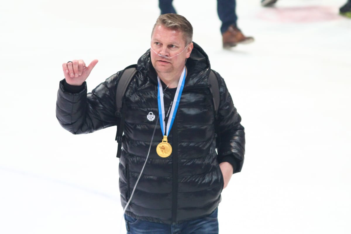 Rauman Lukon päävalmentaja Pekka Virta kultamitali kaulassa.