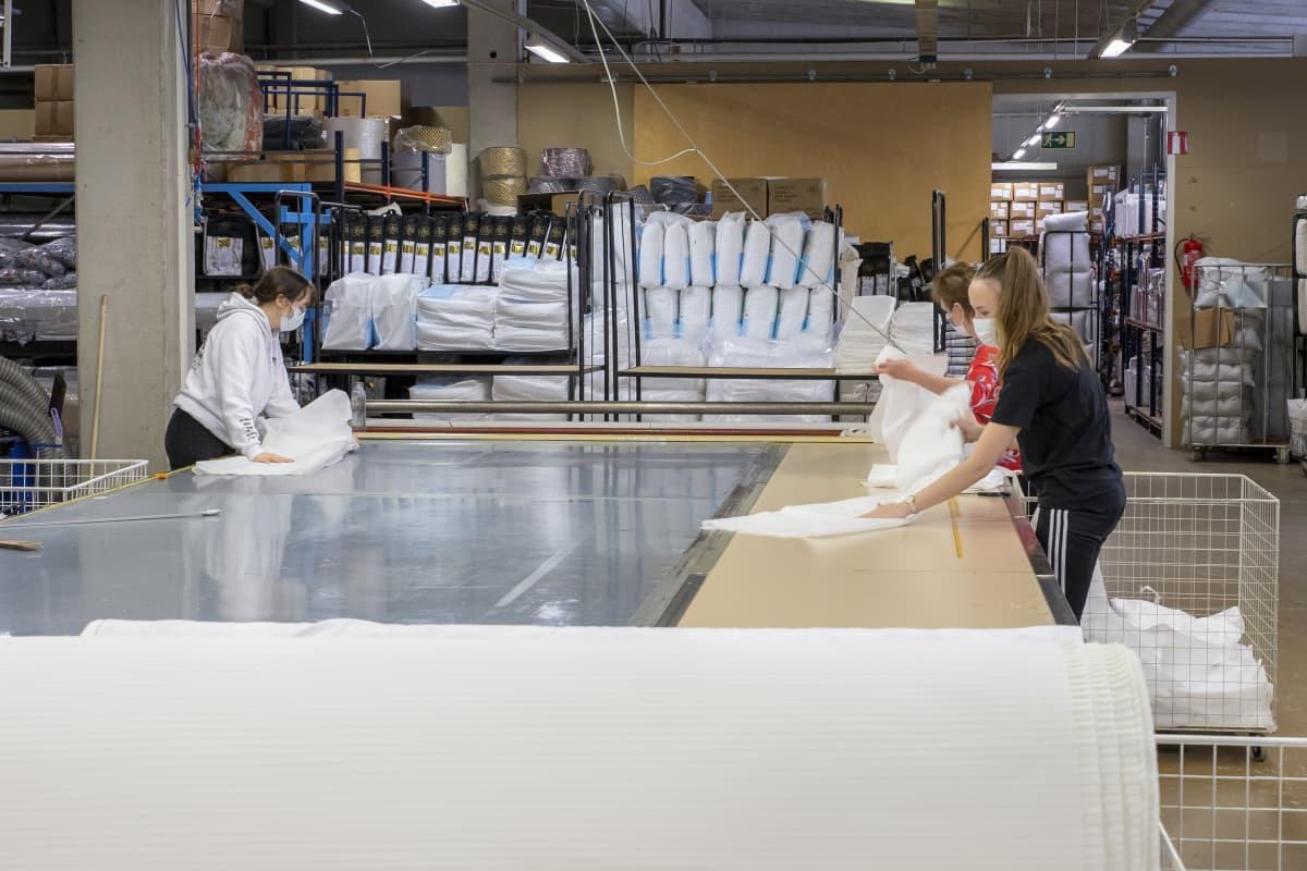Suojavarusteita pakataan Lennolin tehtaalla