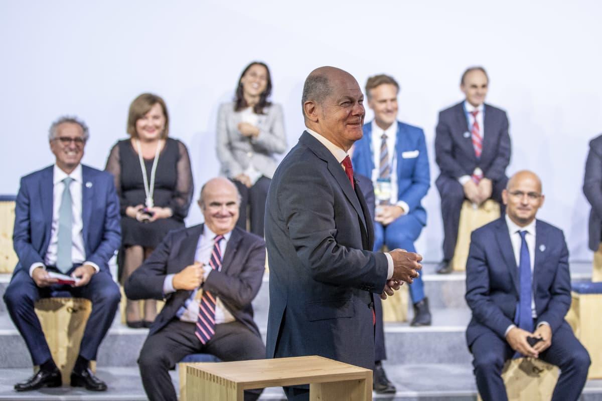 Saksan valtiovarainministeri ja varakansleri Olaf Scholz asettumassa Berliinissä yhteiskuvaan EU-maiden muiden valtiovarainministerien kanssa syyskuisessa Ecofinin kokouksessa Berliinissä.