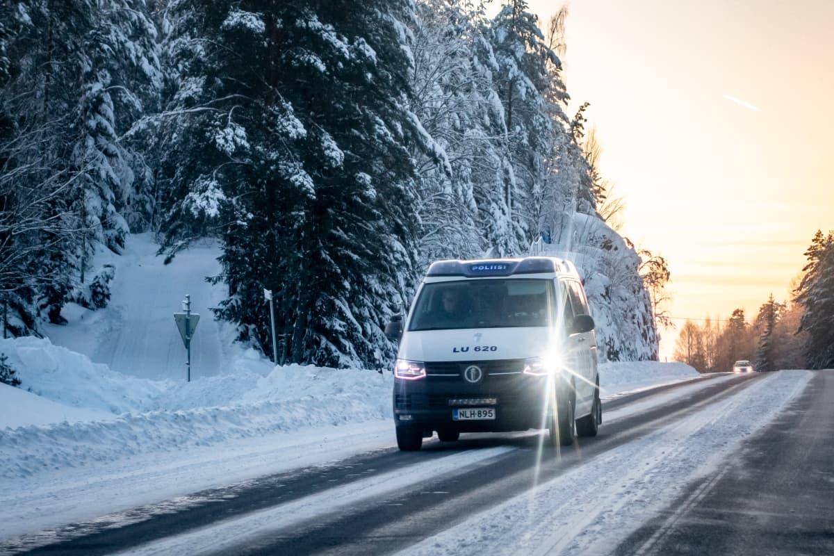 Poliisiauto talvisella maantiellä.