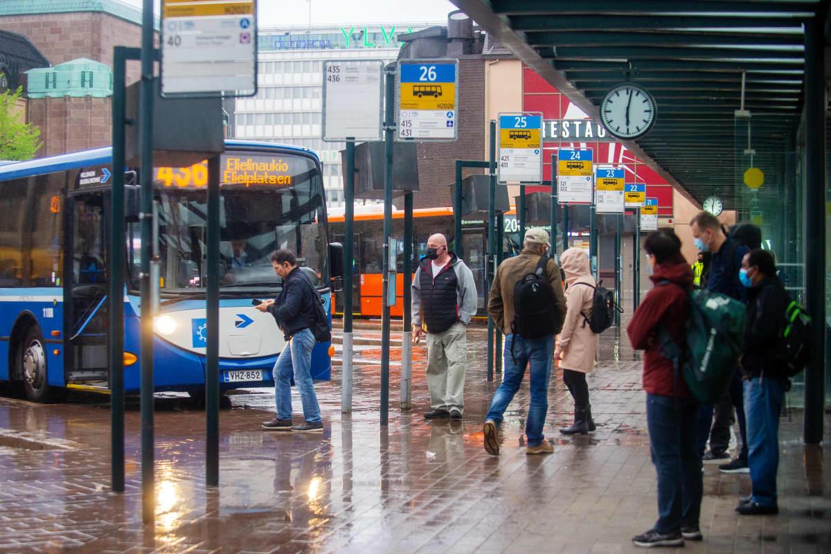 Ihmisiä odottamassa bussia Helsingin päärautatieasemalla 21. toukokuuta 2021.