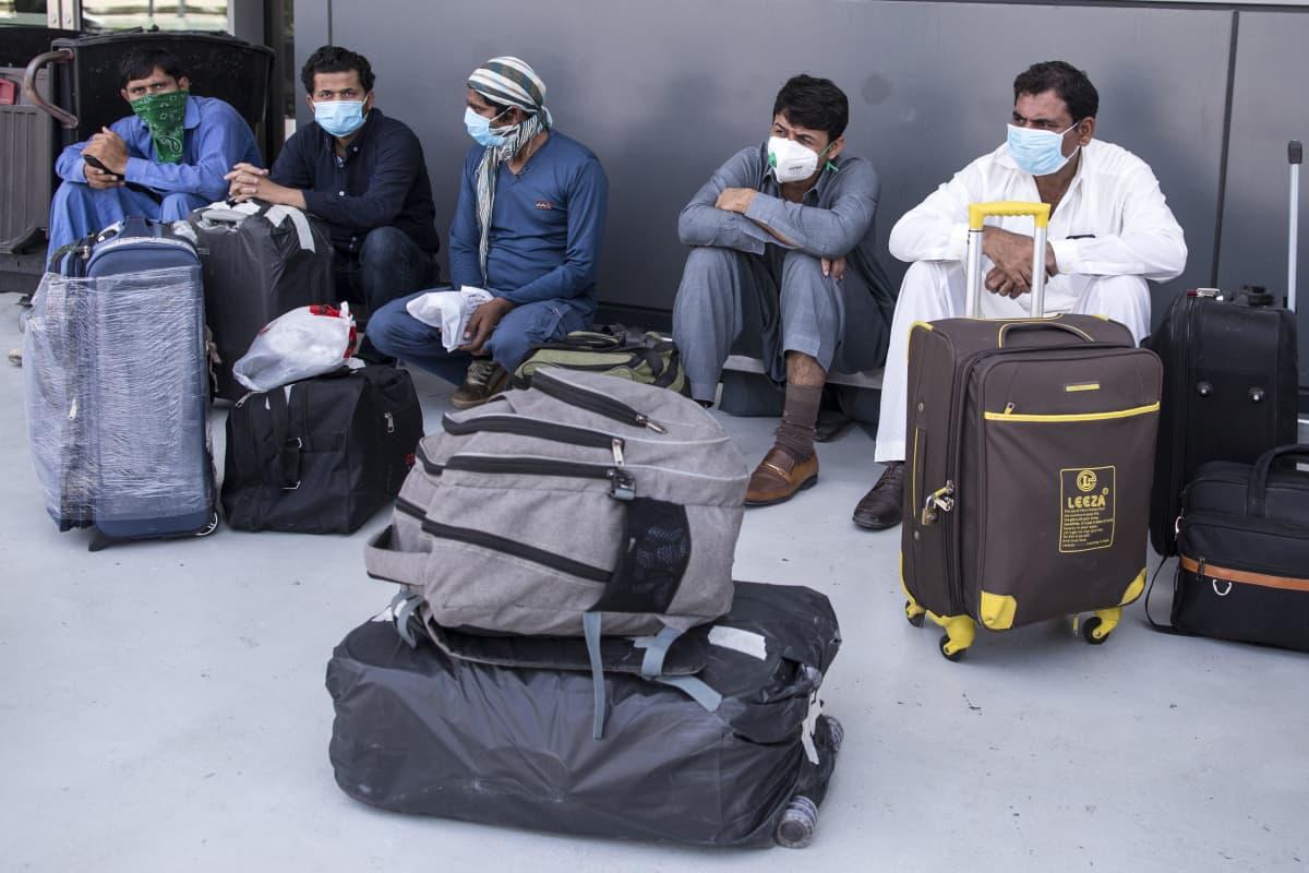 Muun muassa Intia, Pakistan ja Egypti evakuoivat kansalaisiaan Arabiemiraateista.