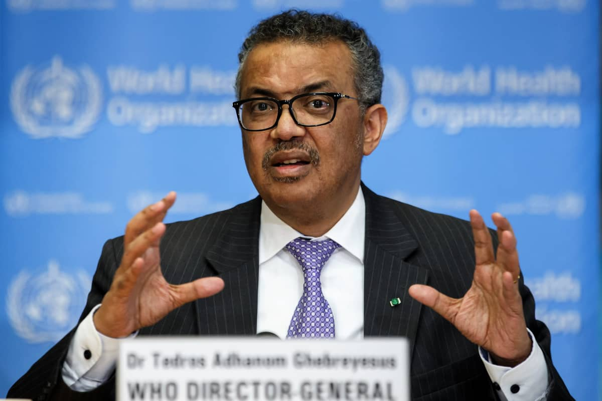 Maailman terveysjärjestön WHO:n pääjohtaja Tedros Adhanom Ghebreyesus puhuu käsillään viittilöiden.