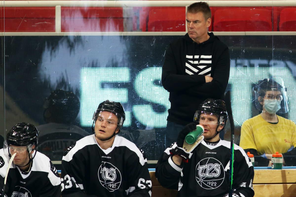 Raimo Helminen bakom bänken.