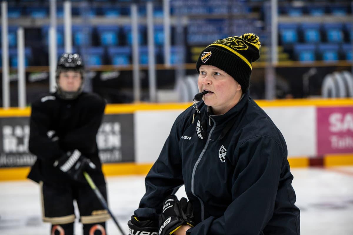KalPan naisten jääkiekkojoukkueen päävalmentaja Marjo Voutilainen