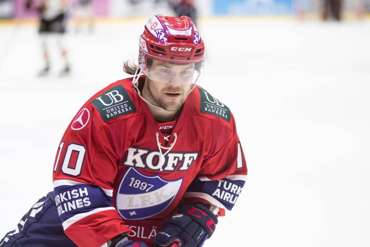 Mikko Kousa HIFK-paidassa.
