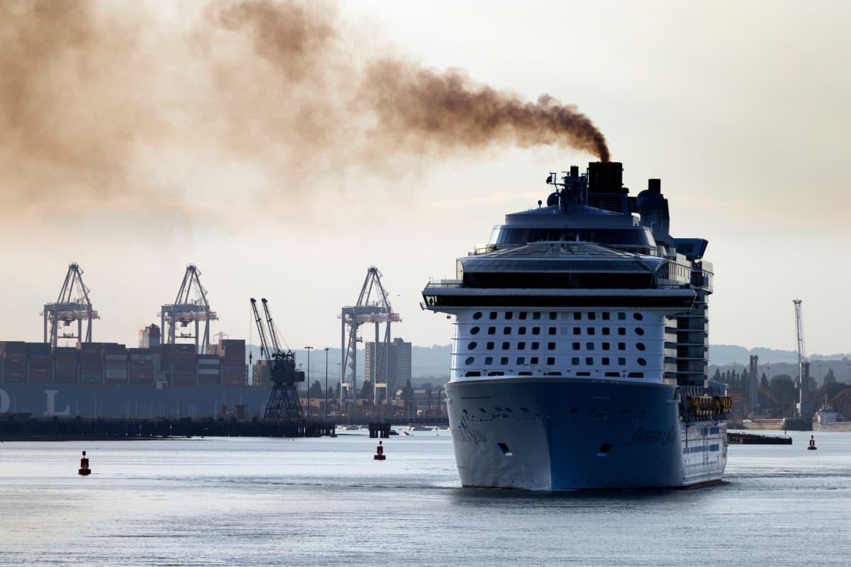 Tupruttava matkustaja-alus satamassa.