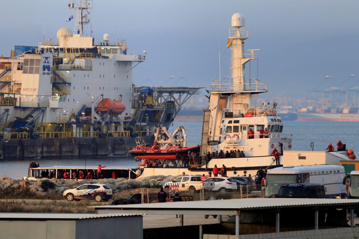 Open Arms -laiva satamassa