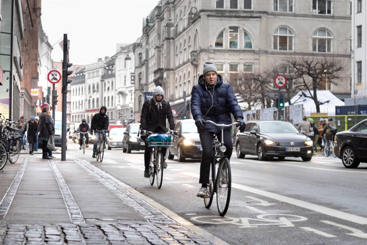 Pyöräilijöitä kadulla