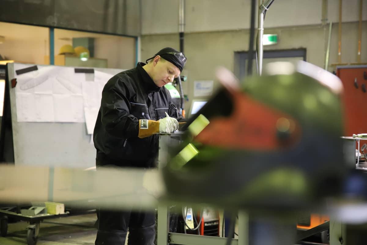Alexandr Fiscev työskentelee NITin konepajalla Turussa.