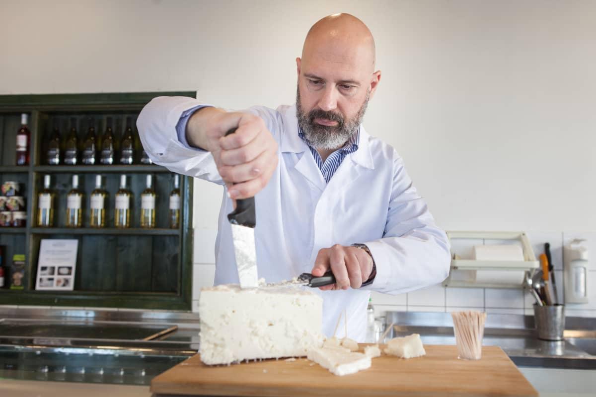 Kyriakos Kostarelos jatkaa perheyritystä jo kolmannessa sukupolvessa. Hänen mukaansa suuret ja pienet fetan tuottajat tarvitsevat toinen toistaan.