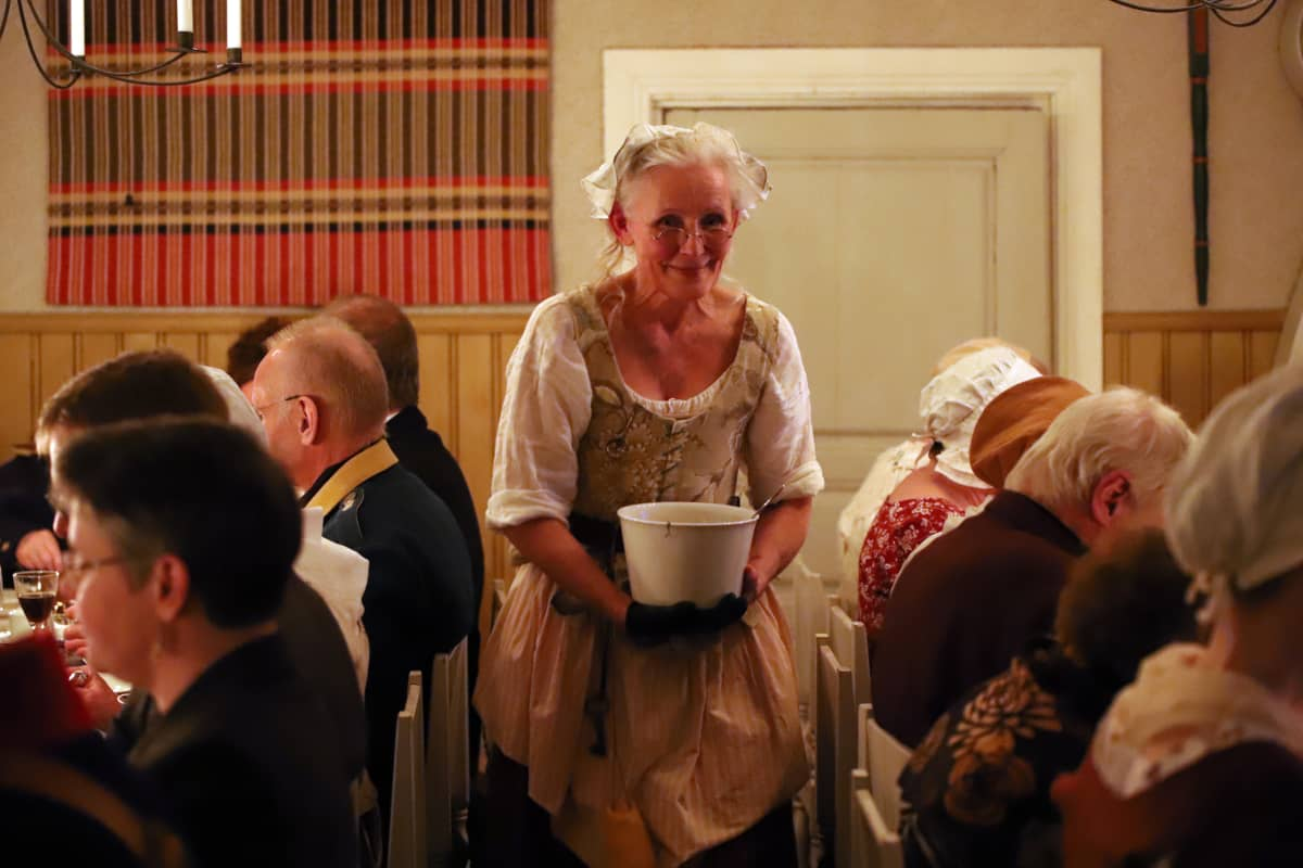 Mamselli Johanna Talso palvelemassa vieraita