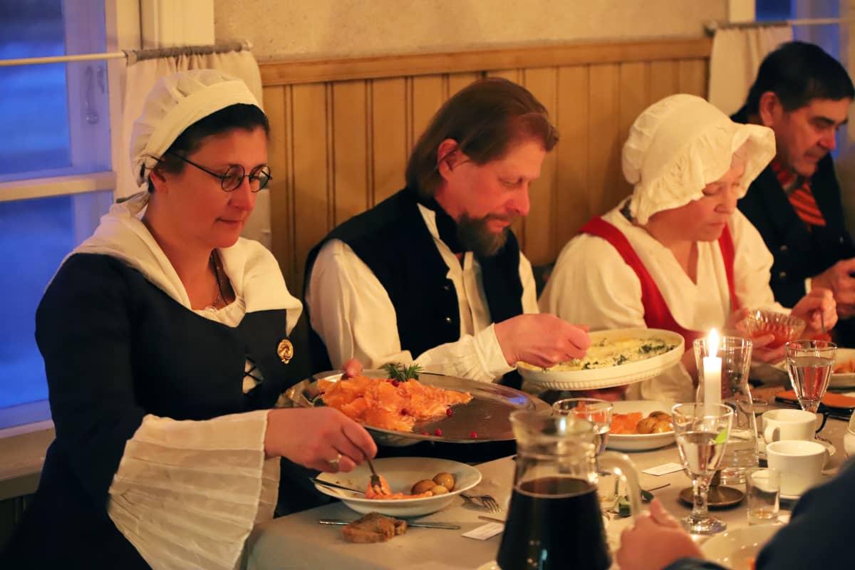 Illallisvieraat syömässä
