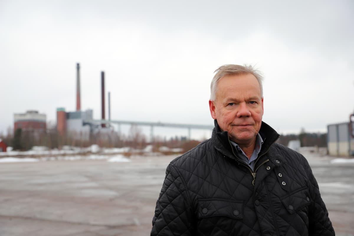 Redeve Oy:n hallituksen puheenjohtaja Jari Lahtinen Myllykosken paperitehtaan edustalla.