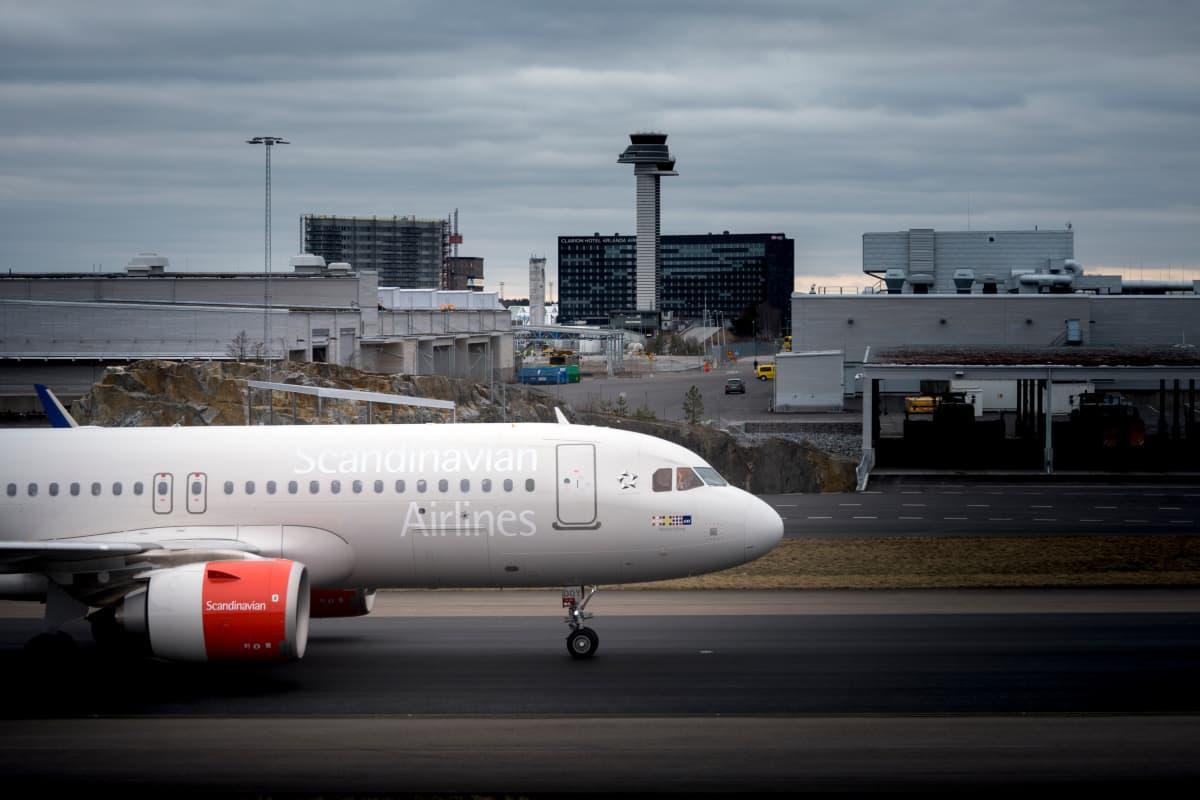 Lentoyhtiö SAS:in kone rullaa Tukholman Arlandan kentällä