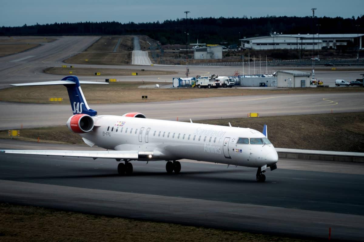 Lentoyhtiö SAS:in kone rullaa Tukholman Arlandan lentokentän kiitoradalla.