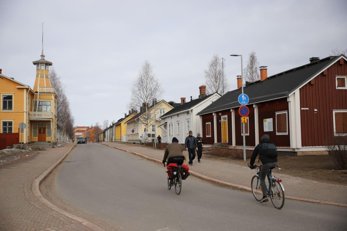 Pyöräilijöitä Oulun Pikisaaressa.