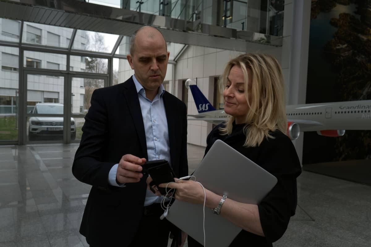 Lentoyhtiö SAS:in ympäristö- ja yhteiskuntavastuujohtaja Lars Andersen Resare ja yhtiön Ruotsin-viestintäjohtaja Freja Annamatz