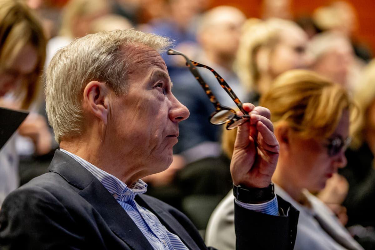 Emeritusprofessori Sixten Korkmanin mukaan yritykset eivät lähde Suomesta ympäristöverojen pienen kiristämisen takia.