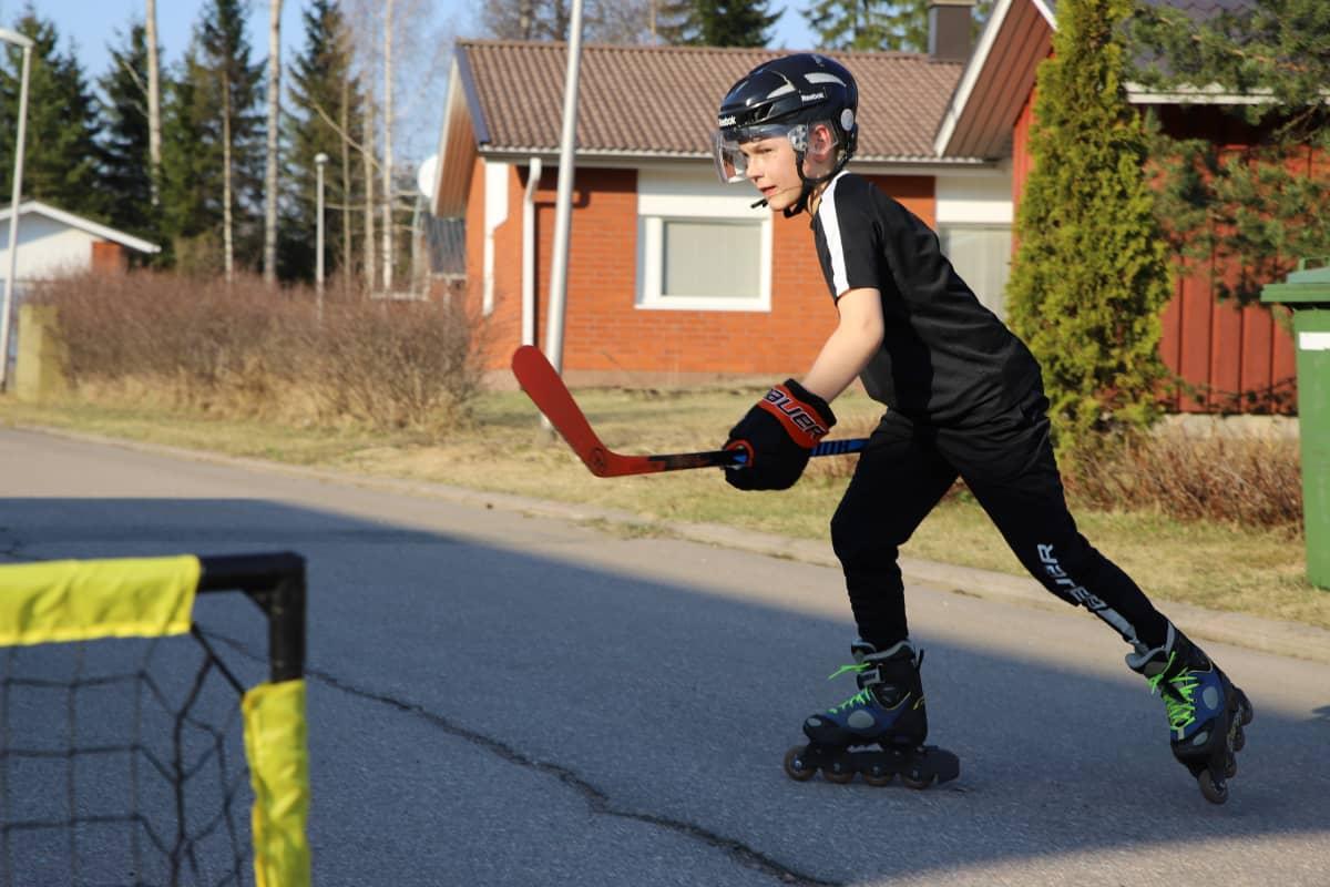 Hermanni Vastamäki rullaluistelee.