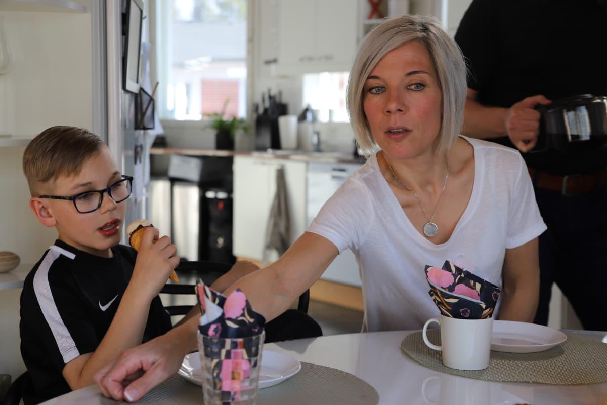 9-vuotias Hermanni Vastamäki ja äiti Jutta Vastamäki ruokapöydän ääressä.
