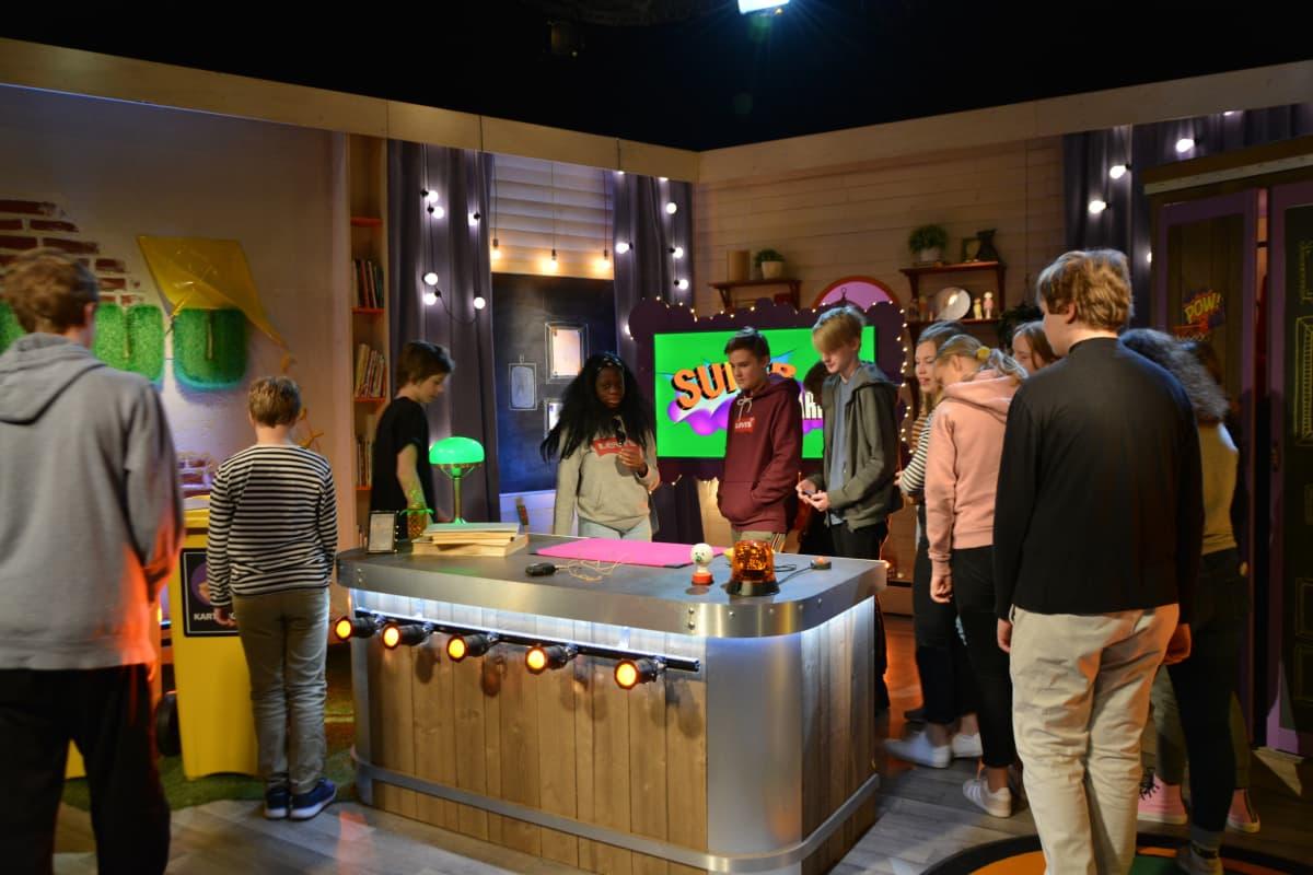 Uutisluokkalaiset tutustumassa Superhjälparna -ohjelman lavasteisiin.