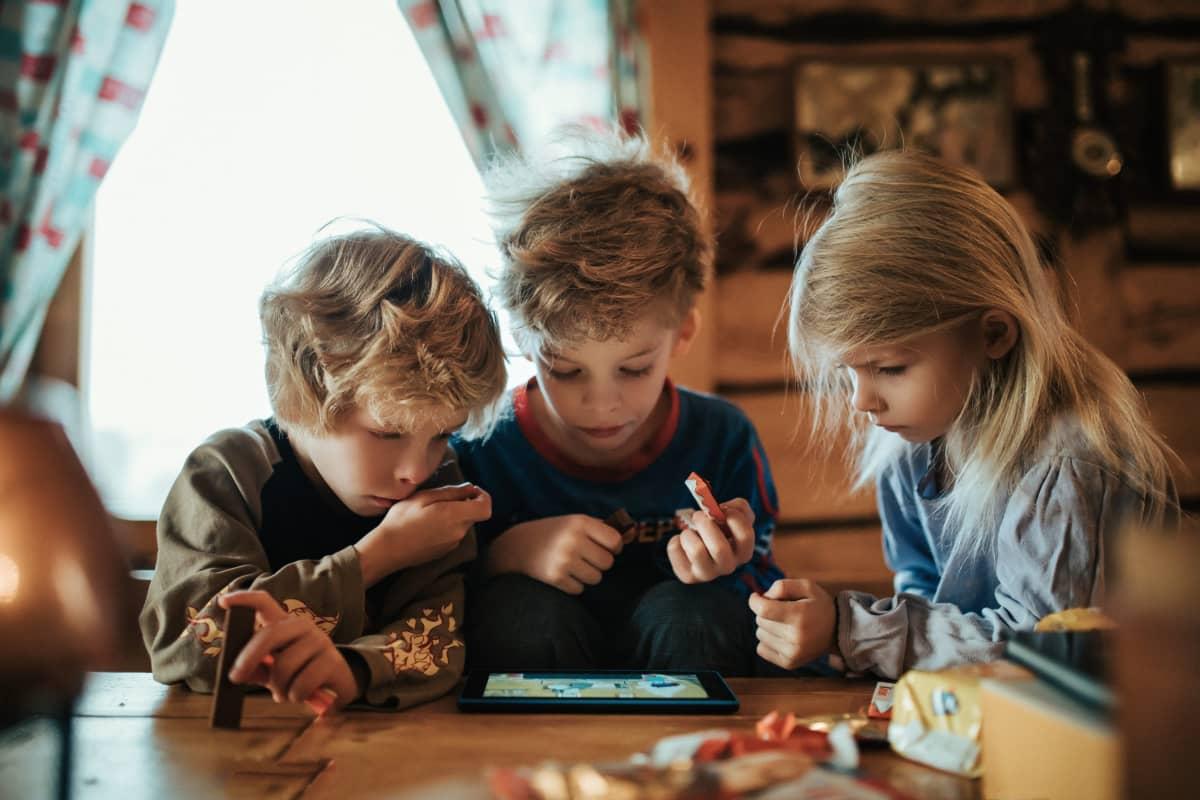 Kolme lasta hirsimökissä
