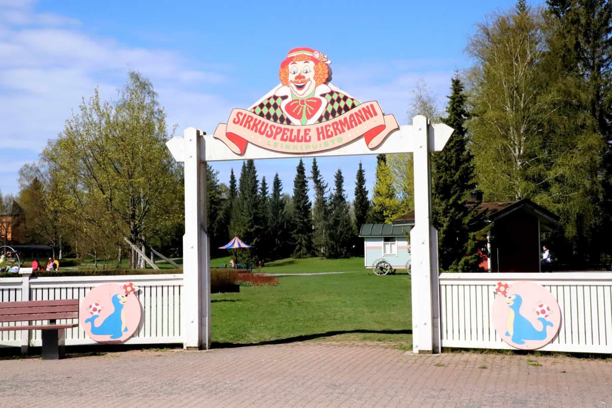 Pelle Hermannin leikkipuiston kyltti.