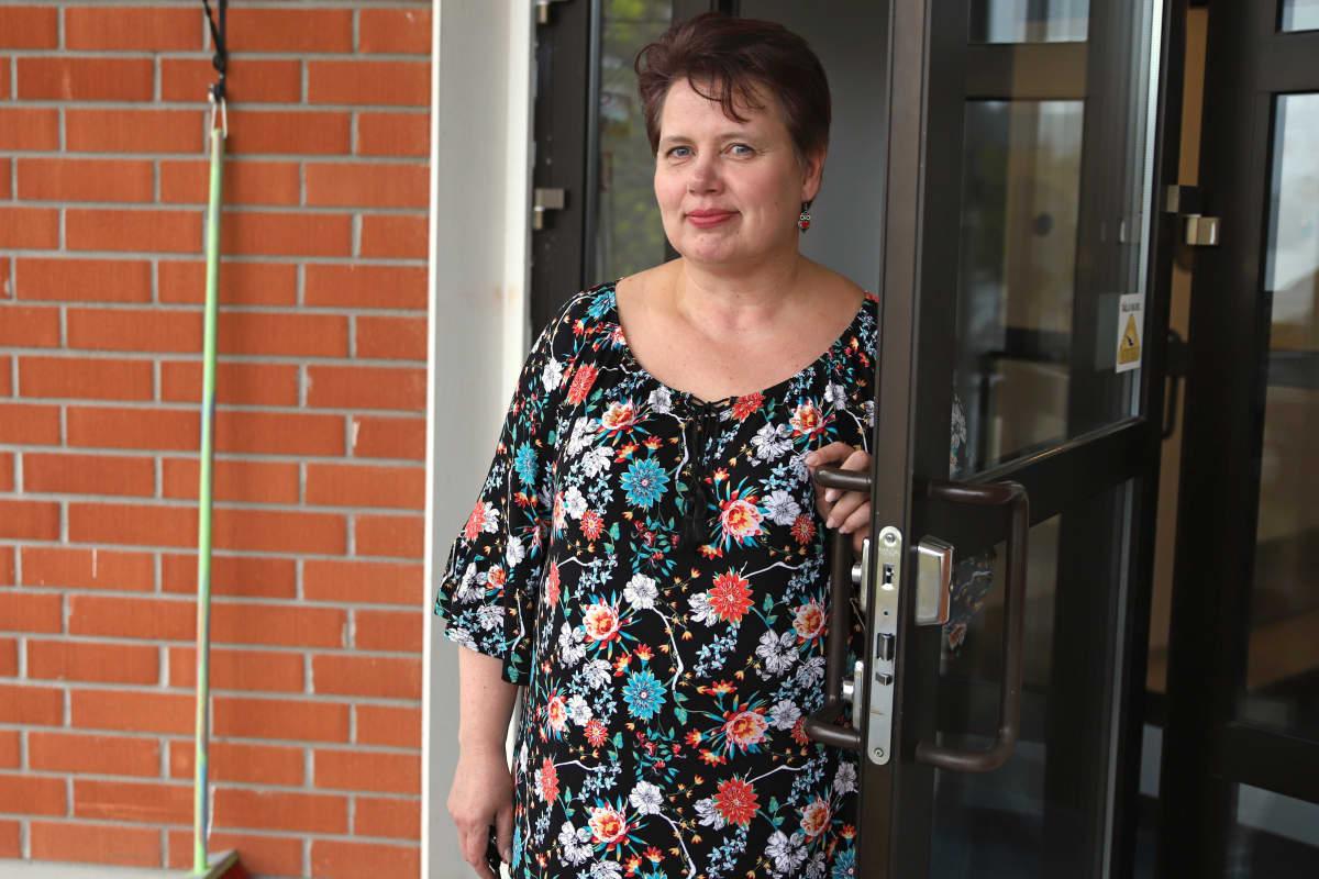 Tarja Perälä, Mallusjoen lepokodin toiminnanjohtaja kuvattuna hoivakodin ovella.