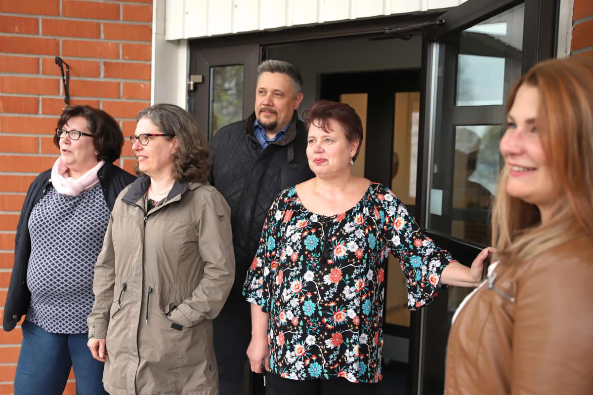 Auli Sorsa, Sari Dufva, Jussi Waajakoski, Tarja Perälä ja Marjut Suokas. Ladecin sote-hankkeessa mukana olevia toimijoita.