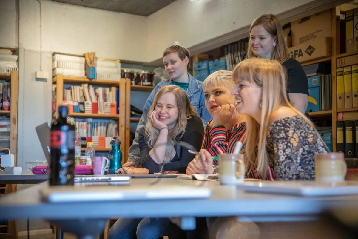 Artistikoulutusoppilaat Rytmi-Instituutin tiloissa