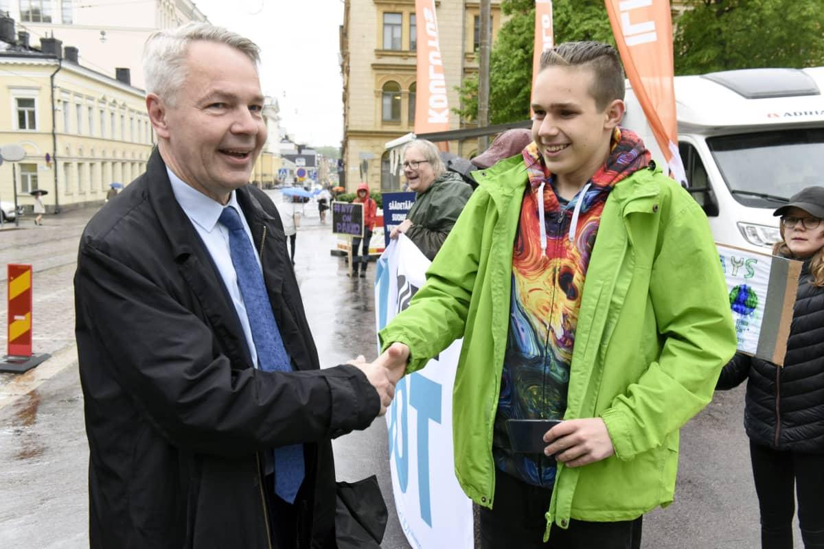 Vihreiden puheenjohtaja Pekka Haavisto (vas.) kätteli nuorten ilmastolakkolaisten Atte Ahokkaan saapuessaan hallitusneuvotteluihin Säätytalolle Helsingissä 24. toukokuuta 2019.