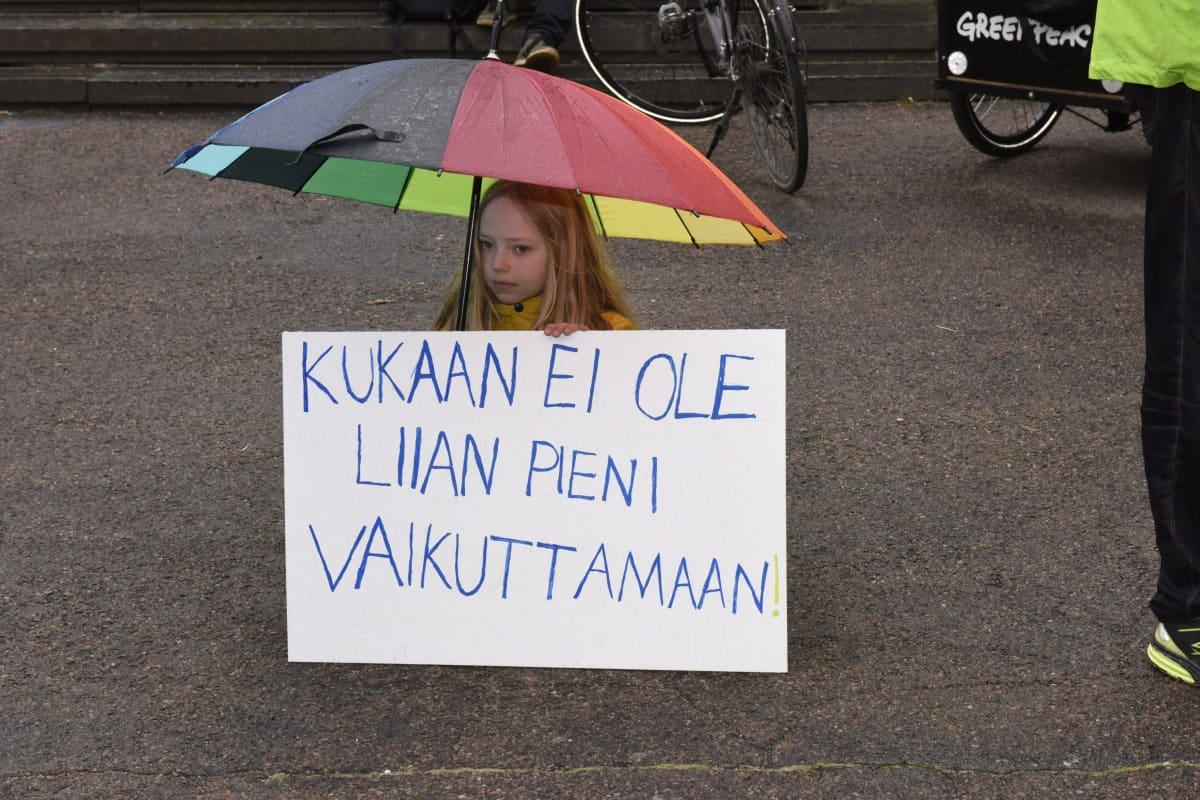 Nuoria Ilmastolakko-mielenosoituksessa hallitusneuvottelujen näyttämön Säätytalon ulkopuolella Helsingissä 24. toukokuuta 2019.  Nuoren tytön nimi ei ole tiedossa.