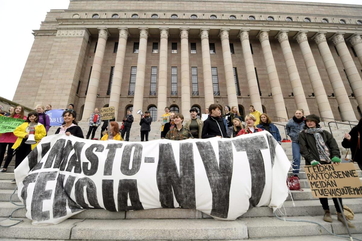 Nuoret ilmastolakkolaiset vaativat kunnollisia ilmastotoimia aikuisilta ja poliitikoilta Eduskuntatalon portailla Helsingissä 24. toukokuuta 2019. Perjantaina vietettiin toista kansainvälistä ilmastolakkopäivää.