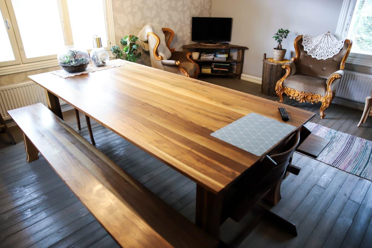 Puinen pöytä olohuoneessa.