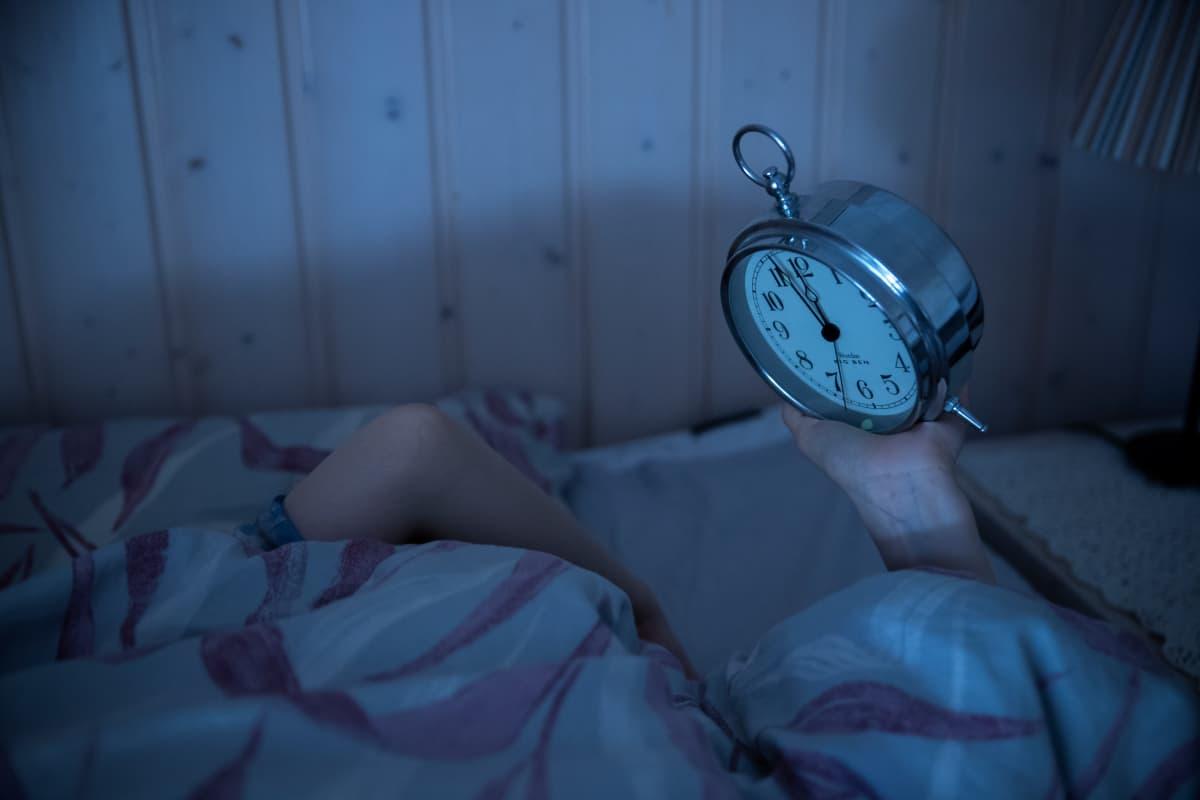 Nukahtamiseen eivät taikatemput auta. Rentoutuminen ja rutiinit houkuttelevat unta parhaiten.
