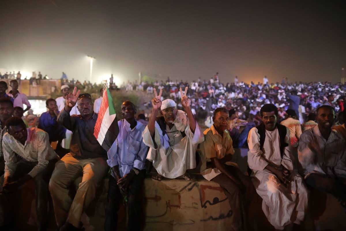 Mielenosoittajia Khartumissa