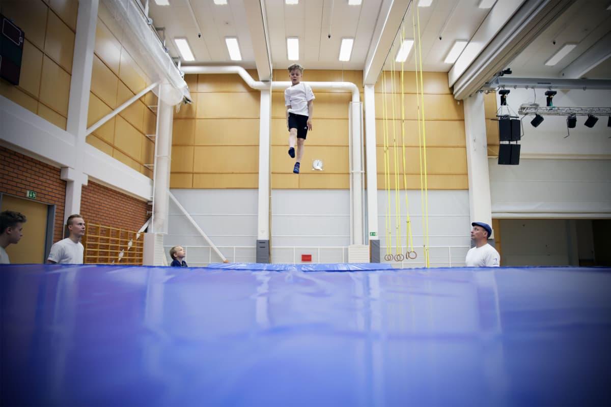Nurmolainen Emil Kallioniemi aloitti trampoliinivoimistelun viime syksynä.