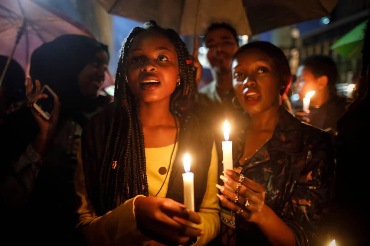 Tietoa Sudanin väkivaltaisuuksista on tihkunut vähän ulkomaille. Viime viikolla Keniassa asuvat sudanilaiset osoittivat mieltään demokratian puolesta. Kenian poliisi hajotti kynttiläprotestin kyynelkaasulla.