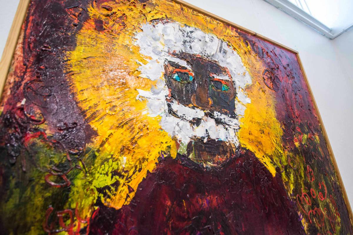 Värikäs maalattu henkilö kuvassa, joka esittää Särestöniemeä.