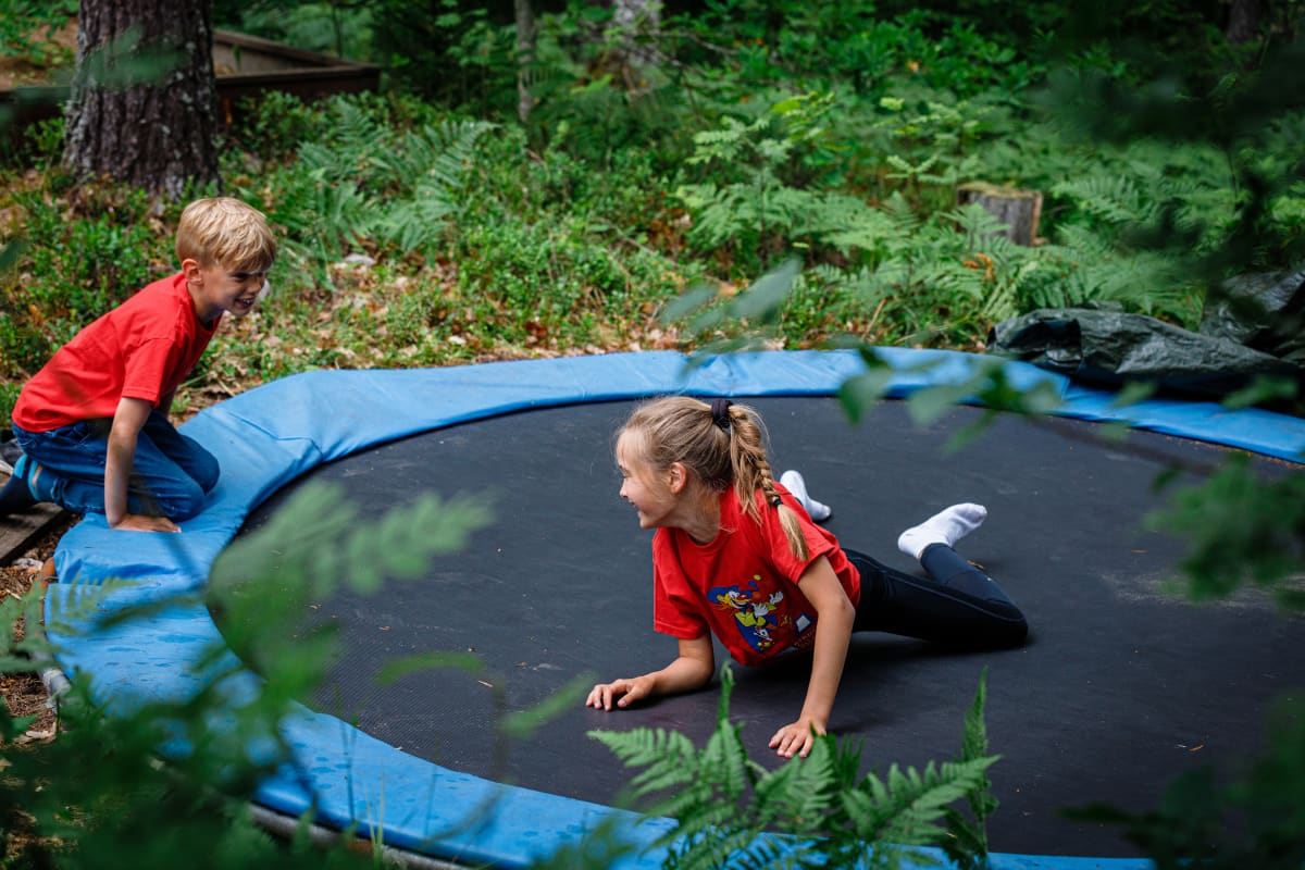 Kaksi lasta trampoliinilla