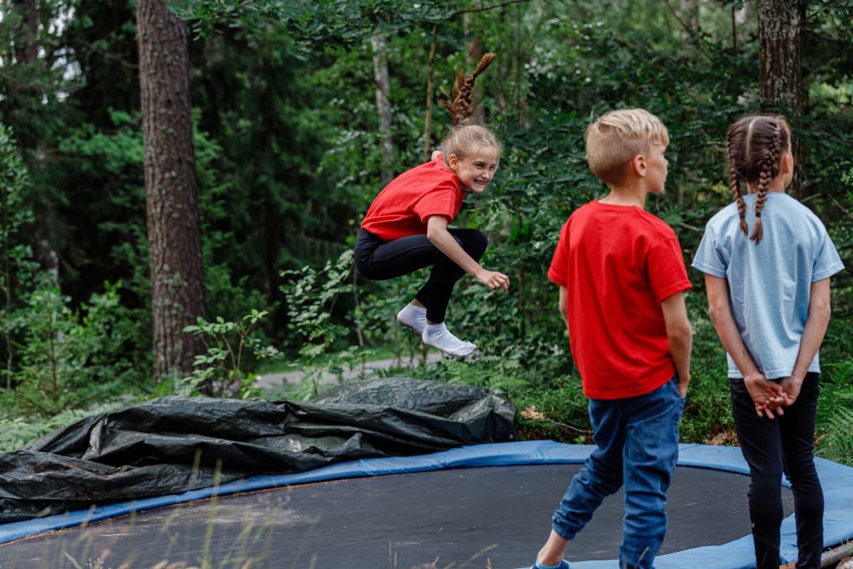 Lapsi hyppii trampoliinilla