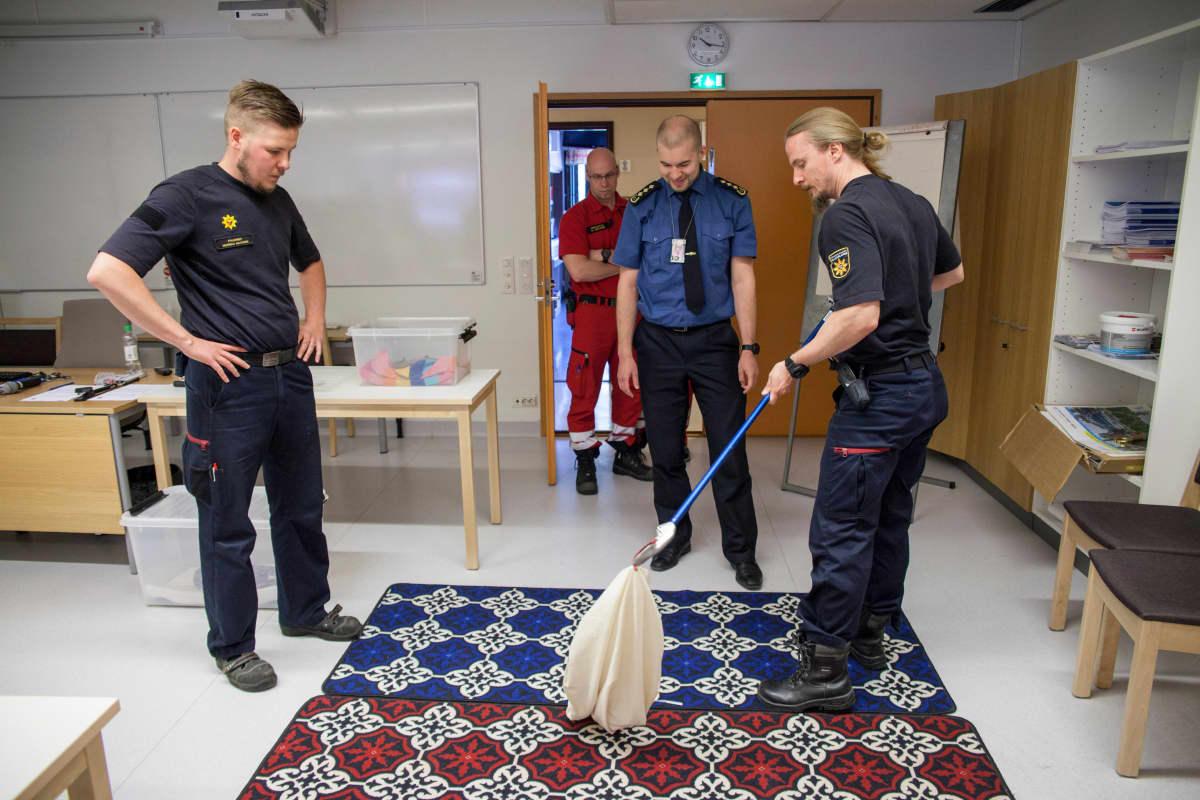 Palomiehet harjoittelevat käärmeen käsittelyä.