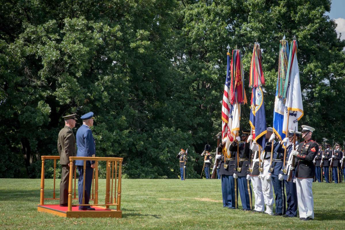 Legion of Merit -kunniamerkki luovutettiin juhlallisin menoin Fort Myerin tukikohdassa.
